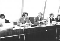 Pannella siede in una conferenza al PE con Dell'Alba, Giampiero D'Amico (in piedi) e Alberto Fumagalli (BN) 919 bis