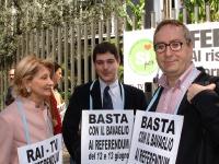 Manifestazione davanti alla sede della RAI per il diritto all'informazione sui referendum in materia di fecondazione assistita. Da sinistra: Barbara P