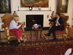Emma Bonino  (alla guida di una commissione dell'Unione Europea per l'osservazione sulle elezioni in Afghanistan) con il leader del New Afghanistan Pa