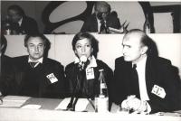 A sinistra: Alexander Zinoviev (scrittore) siede alla presidenza del 32° congresso PR II sessione (BN)